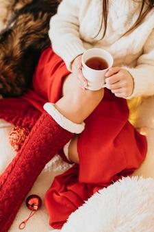 Vrouw genieten van wintervakantie