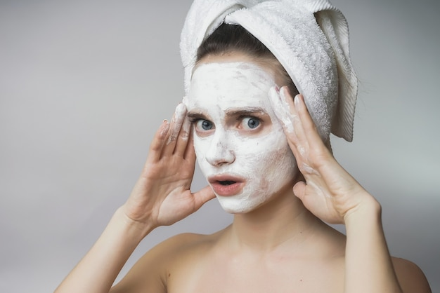 Vrouw genieten van witte spa mack, scrub op gezicht. schone huid