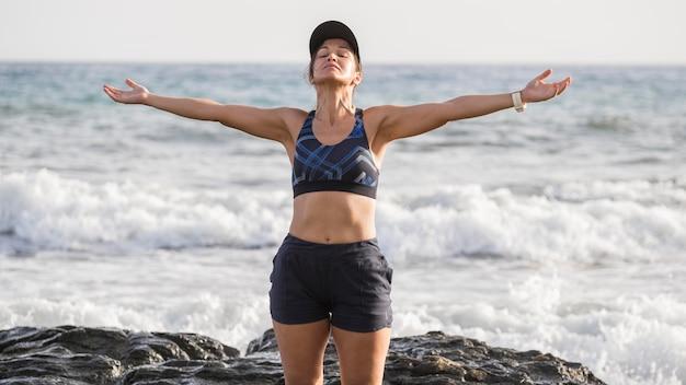 Vrouw genieten van zee na het hardlopen