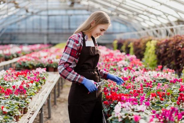 Vrouw gepassioneerd over bloemen