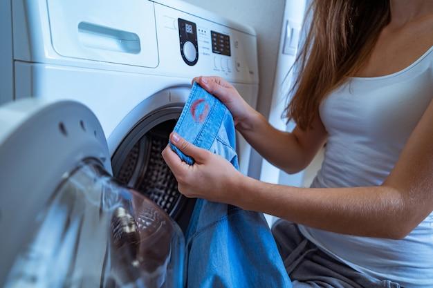 Vrouw gevonden op de kraag van het overhemd van haar man, vrouwelijke rode lippenstiftvlekken tijdens het wassen