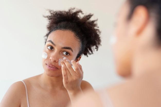Vrouw gezicht crème toe te passen