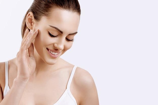 Vrouw gezicht huidverzorging vrouw gezicht huidverzorging close-up van lachend meisje met natuurlijke make-up en verse huid schoonheid cosmetica