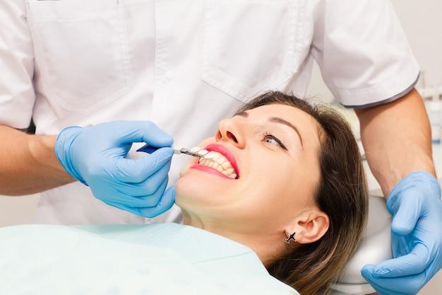 Vrouw gezicht met open mond op de afspraak van een arts.
