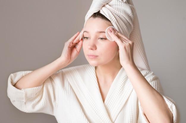Vrouw gezicht reinigen