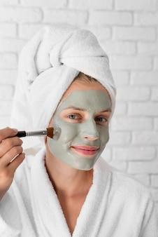 Vrouw gezicht remedie close-up te zetten