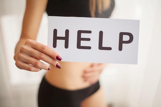 Vrouw gezondheid. vrouwelijk lichaam vast te houden