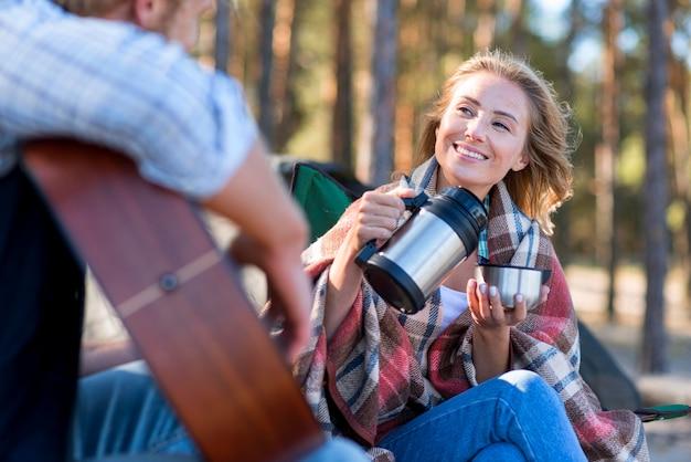 Vrouw gieten koffie laag uitzicht
