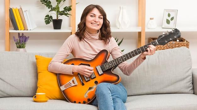 Vrouw gitaar spelen