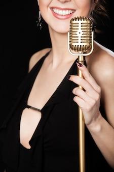 Vrouw glimlachend met een microfoon