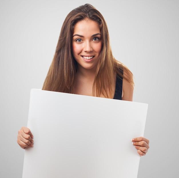 Vrouw glimlachend met een poster