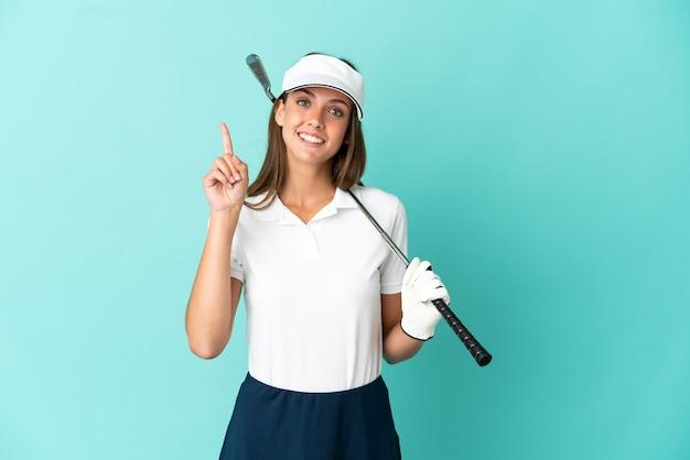 Vrouw golfen over geïsoleerde blauwe achtergrond die een geweldig idee benadrukt