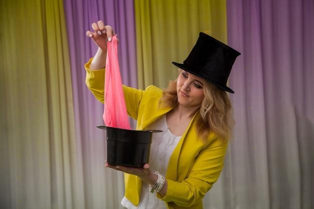 Vrouw goochelaar toont trucs