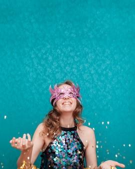 Vrouw gooien met glitter en linten vooraanzicht