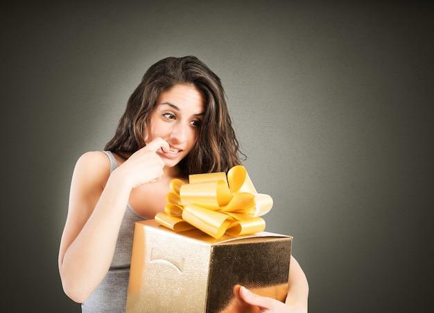 Vrouw gretig om een groot geschenk te openen
