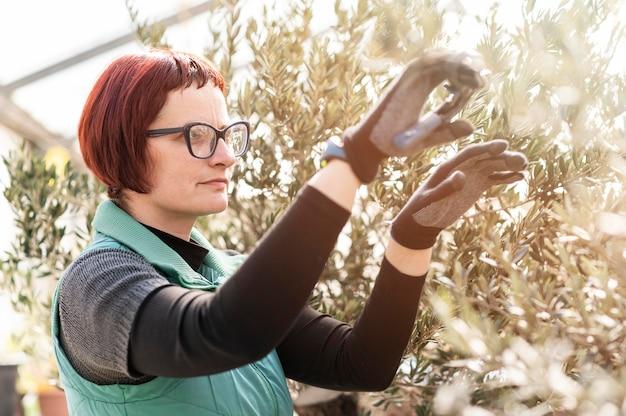 Vrouw groeiende planten