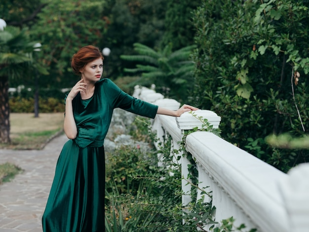 Vrouw groene jurk lopen romantiek op luxe elegante stijl