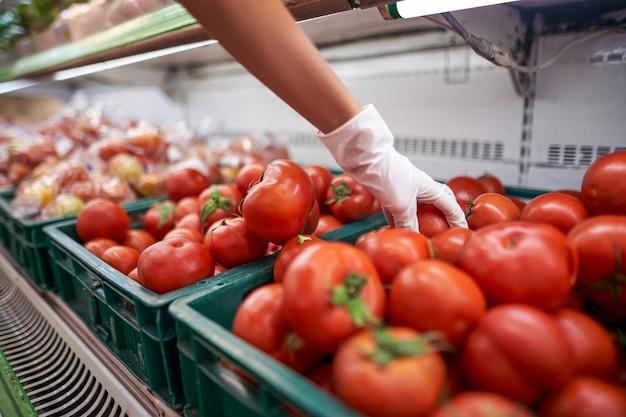 Vrouw groenten kopen