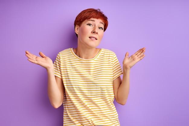 Vrouw haalt haar schouders op, ik weet het niet. vrouw is een misverstand, twijfels geïsoleerd op paars