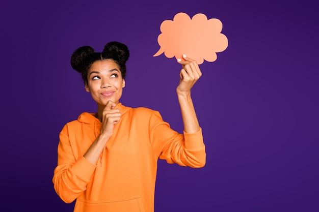 Vrouw haar chi aan te raken en te denken, met lege tekstballon