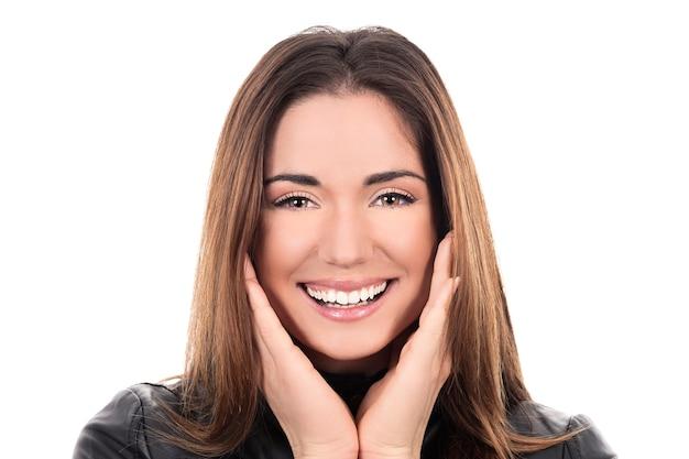 Vrouw haar gezicht aan te raken en glimlachen