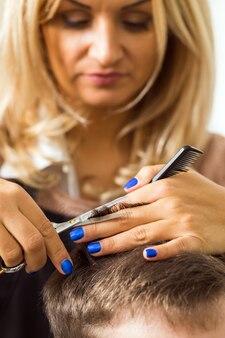 Vrouw haar knippen