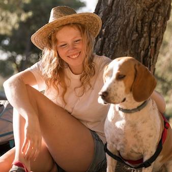 Vrouw haar schattige hond vooraanzicht aaien