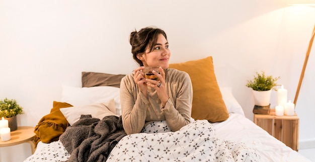 Vrouw haar thee drinken in bed