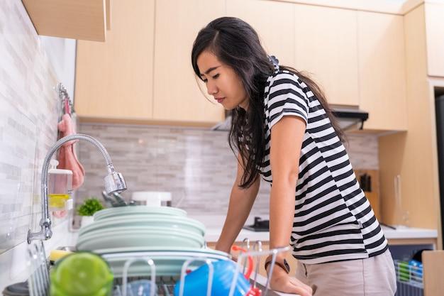 Vrouw haat het om de schotel te wassen