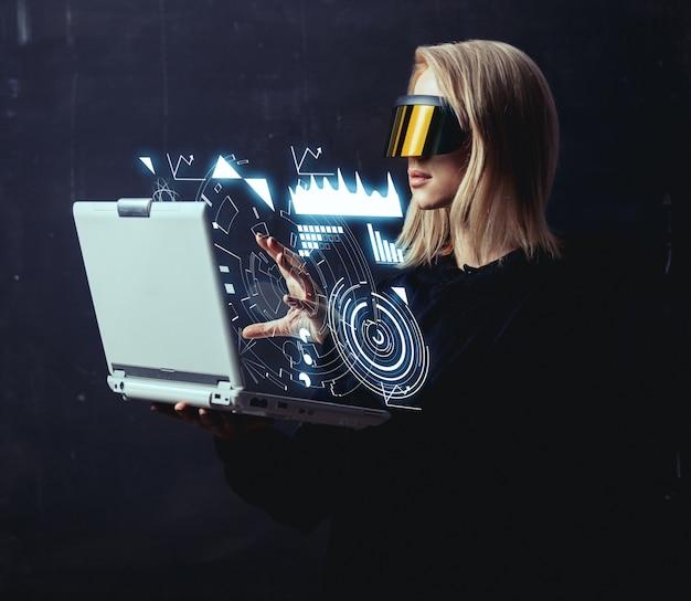 Vrouw hacker breekt bescherming van persoonlijke gegevens via computer