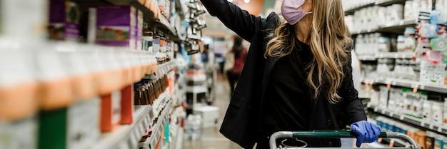 Vrouw hamstert voedsel tijdens de pandemie van het coronavirus