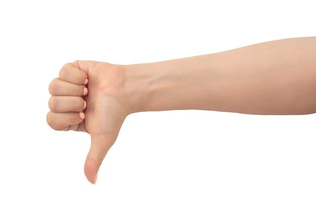 Vrouw hand duim omlaag teken geïsoleerd op een witte achtergrond. hand toont een duim omlaag gebaar. close-up van vrouwelijke hand met een roze manicure gebaar afkeer, slecht, afkeuring geïsoleerd op een witte achtergrond