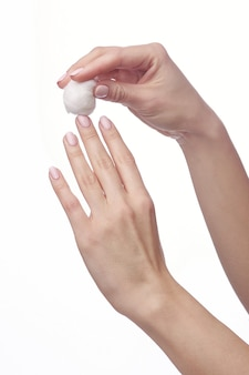 Vrouw hand en nagellak remover, aceton geïsoleerd op wit