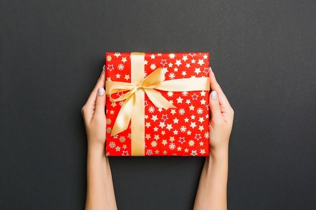 Vrouw hand geven valentijn geschenkdoos, bovenaanzicht