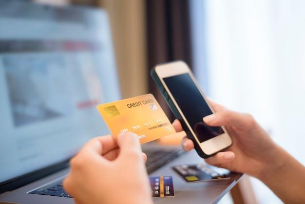 Vrouw hand houdt creditcard