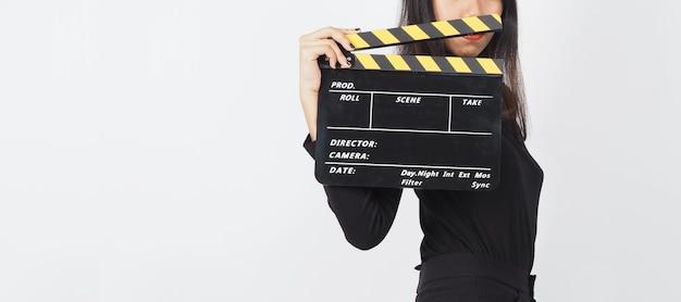 Vrouw hand houdt zwarte klepel bord of film leisteen of dakspaan gebruik in videoproductie