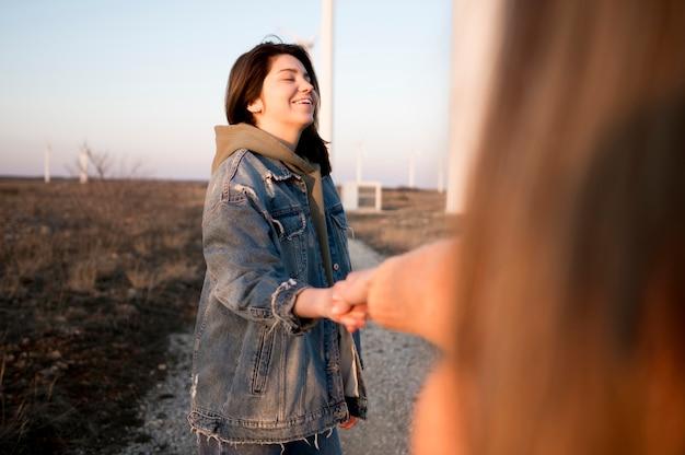 Vrouw hand in hand met haar vriend