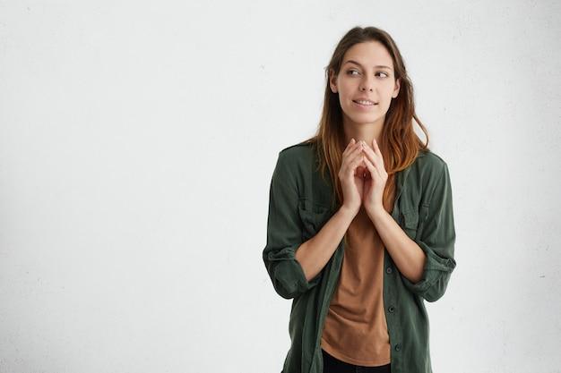Vrouw hand in hand samen op zoek opzij proberen voor te stellen haar volgende project vinden oplossing geïsoleerd