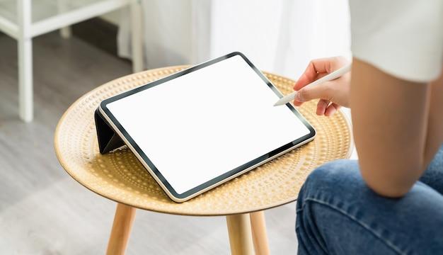 Vrouw hand met behulp van digitale tablet en het scherm is leeg.