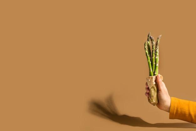 Vrouw hand met een bos van asperges