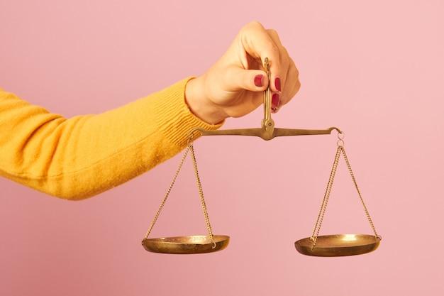 Vrouw hand met een evenwicht