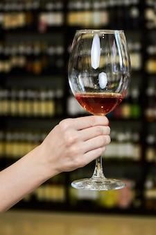 Vrouw hand met een glas rode wijn