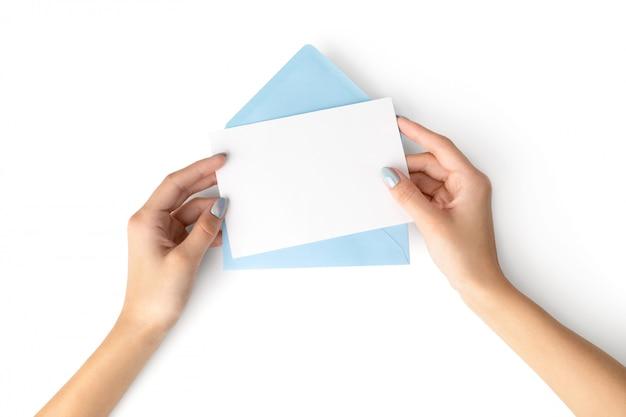 Vrouw hand met holografische modieuze manicure bedrijf brief