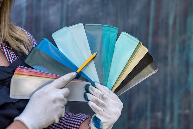 Vrouw hand met kleurenpalet voor reparatie