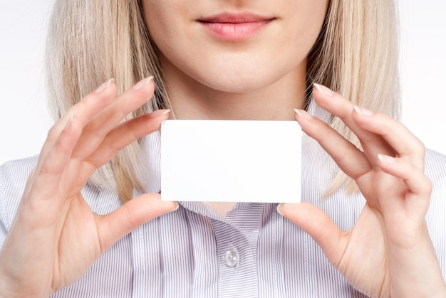 Vrouw hand met lege visitekaartje