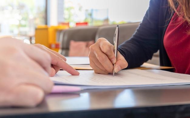 Vrouw hand met pen document ondertekenen