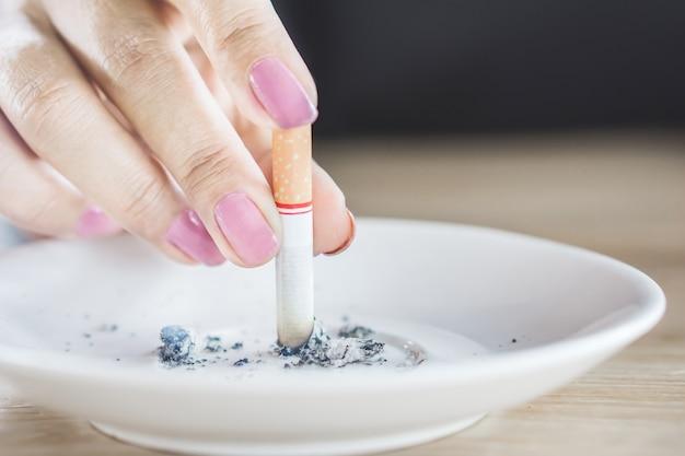 Vrouw hand met sigaret stoppen met roken