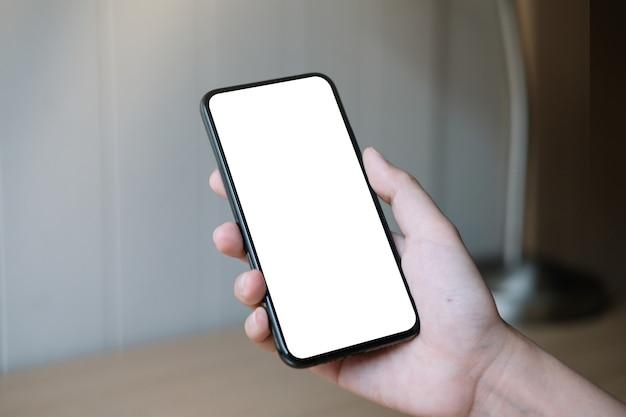 Vrouw hand met smartphone met leeg wit scherm