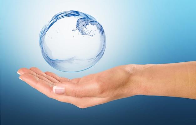 Vrouw hand met waterdruppel