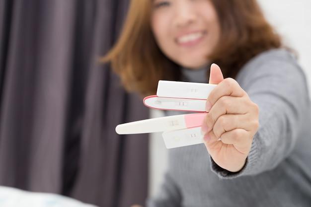 Vrouw hand met zwangerschapstest